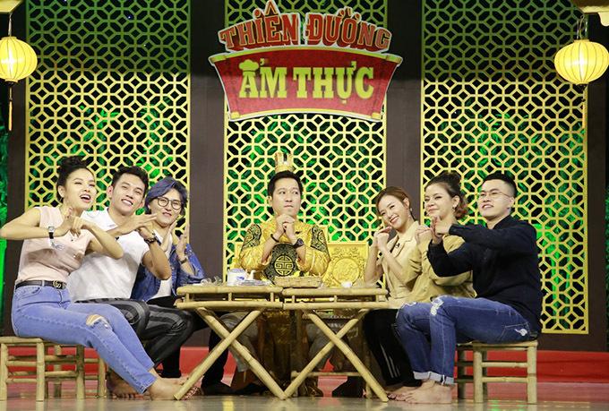 Hai đội chơi chụp ảnh kỷ niệm sau khi thực hiện tập cuối cùng của gameshow Thiên đường ẩm thực mùa thứ năm.