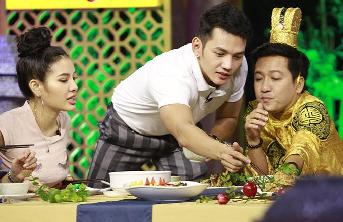 Nhờ chiến thắng vòng thi thứ hai, đôi Lý Bình - Phương Trinh Jolie - Vicky Nhung được ăn các món đặc sản của Lào trong khi đội Midu - Lê Thiện Hiếu - Tia Hải Châu phải ngồi nhìn.