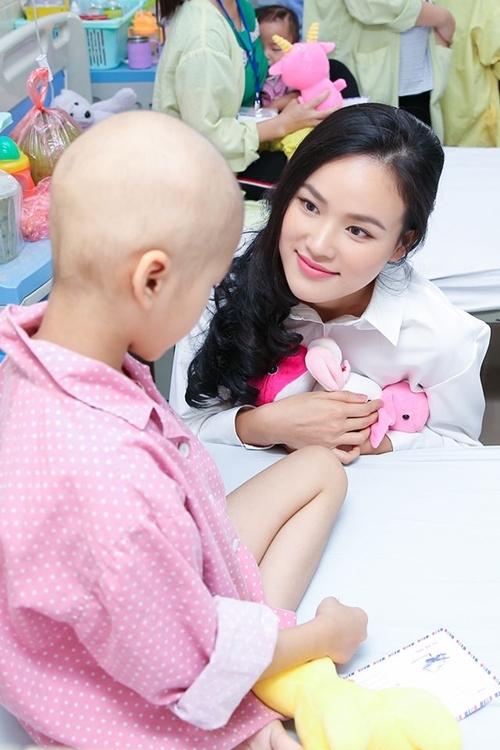 Tháng 11/2019, sau khi kết thúc một show diễn ở Hà Nội, người mẫu Nexttop tranh thủ tới thăm các bệnh nhi ung thư tại bệnh viện K.