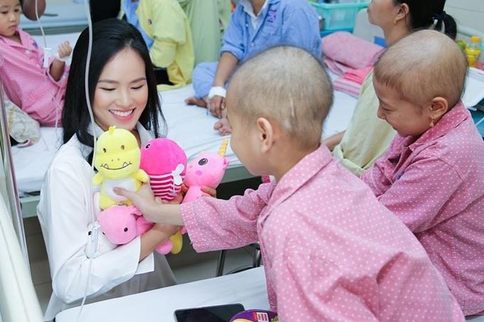 Cô cùng các bạn đồng hành trong đó có NTK Ivan Trần đã quyên góp được số tiền 30 triệu đồng để giúp đỡ các bệnh nhi có hoàn cảnh đặc biệt khó khăn.