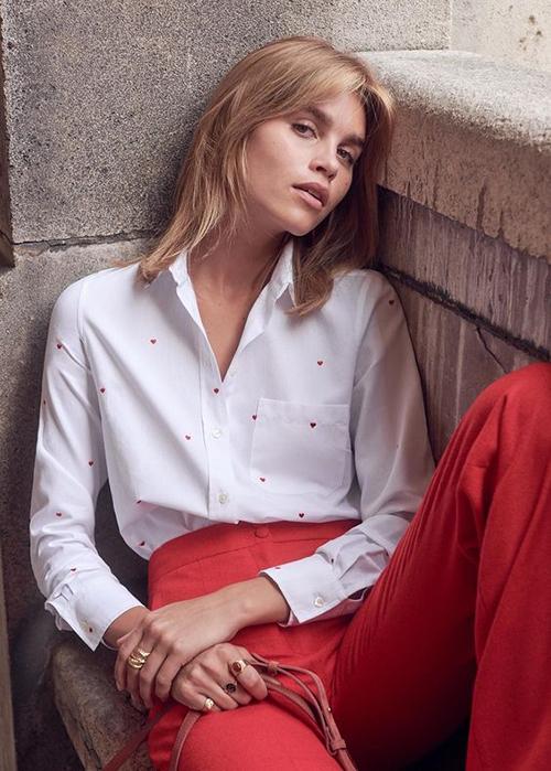 Phát triển từ hoạ tiết chấm bi nhỏ xinh, áo sơ mi in hình trái tim bé bỏng sẽ khiến các nàng trẻ trung và đáng yêu hơn khi đến văn phòng.