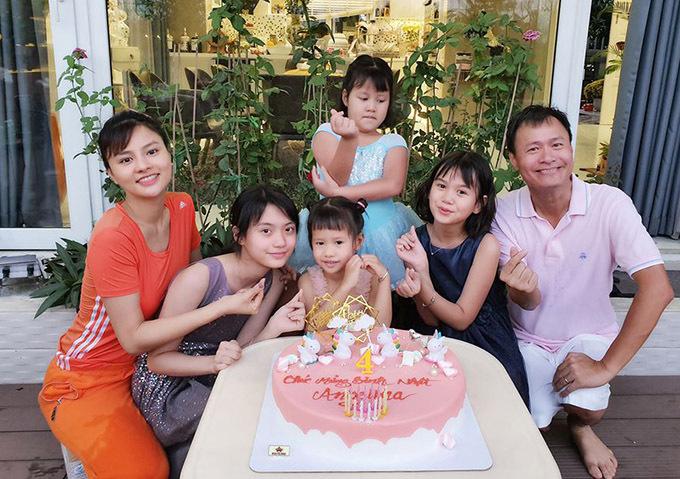 Vợ chồng Vũ Thu Phương quây quần bên 4 cô con gái trong khuôn viên biệt thự rộng 500 m2 ở quận 2.