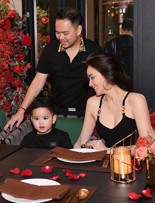 Năm nay Trang Nhung tổ chức sinh nhật ấm cúng cho bé Gấu, chỉ có các thành viên trong gia đình nhỏ của cô tham dự.