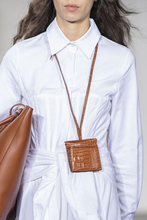 Bên cạnh các mẫu túi ra đời với chức năng chỉ dùng làm vật trang trí, tô điểm cho trang phục dạo phố là các sản phẩm ứng dụng cho giới văn phòng.