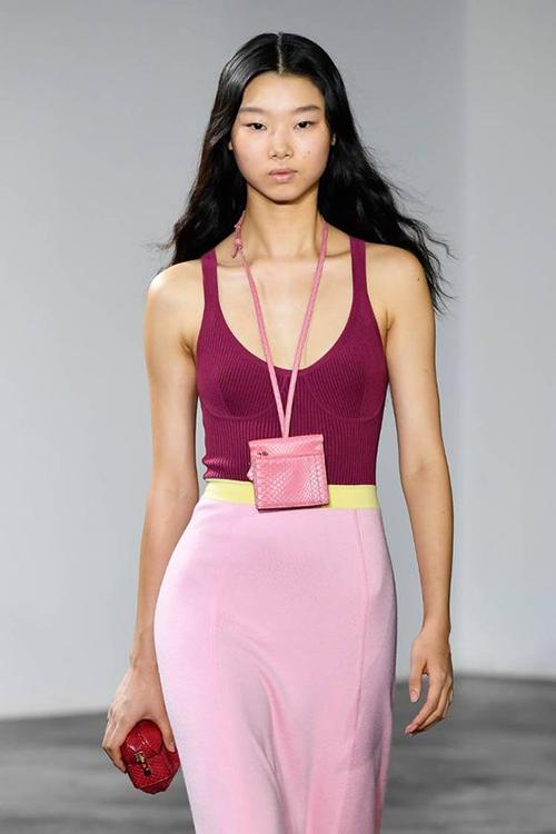 Necklace bag được thiết kế đa dạng về mẫu mã, sắc màu và kích thước khác nhau. Bên cạnh dòng túi siêu nhỏ còn có các thiết kế đựng vừa thẻ ngân hàng, name card, thẻ ra vào công ty.