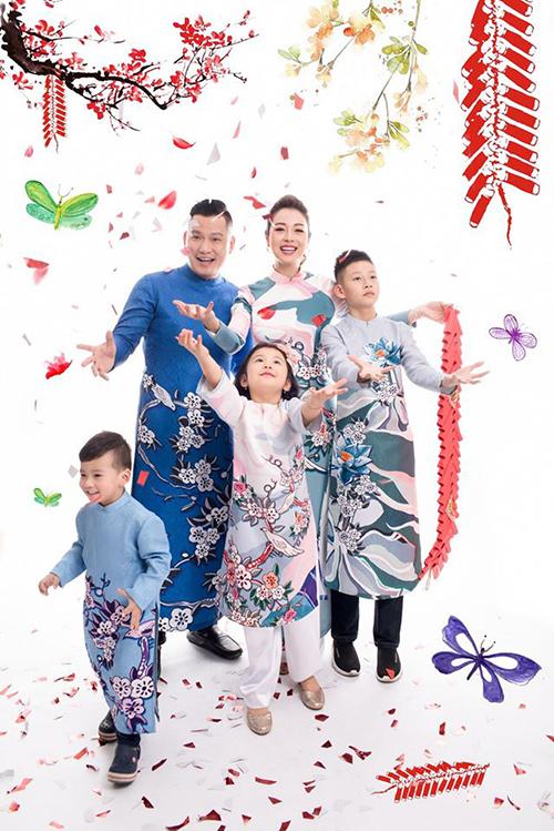 Bảo Nam chụp ảnh cùng vợ chồng Jennifer Phạm và các em dịp Tết năm ngoái.