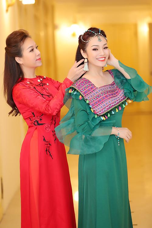 Tại hậu trường, Thu Hà còn chăm chút cho Tân Nhàn từng ly từng tí. Că hai giúp nhauchỉnh trang mái tóc và phụ kiện trước khi lên sân khấu.