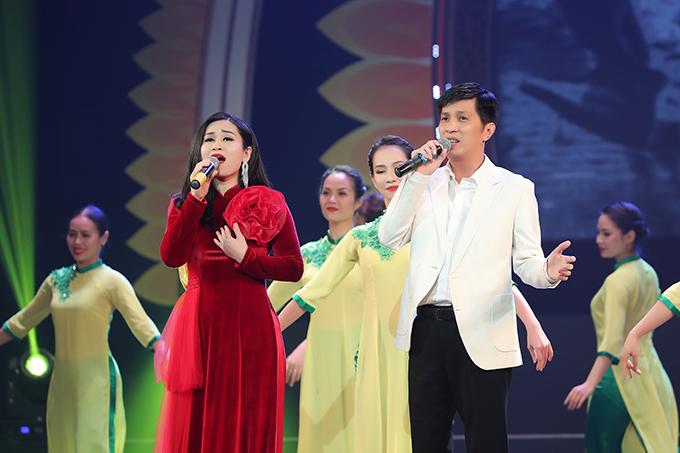 Sao Mai Tuấn Anh, ông xã của ca sĩ Tân Nhàn, cũng tham gia chương trình. Anh không song ca với vợ mà sánh đôi cùng ca sĩ Tố Loan.