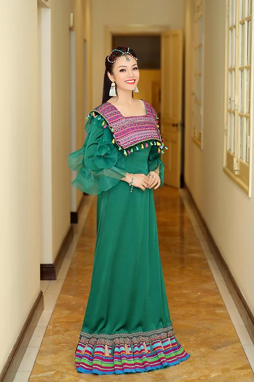 Tân Nhàn dành nhiều tâm huyết cho đêm nhạc tối qua. Cô đặt may riêng bộ váy lấy cảm hứng từ trang phục thổ cẩm của người dân tộc thiểu số để có diện mạo thật ấn tượng.