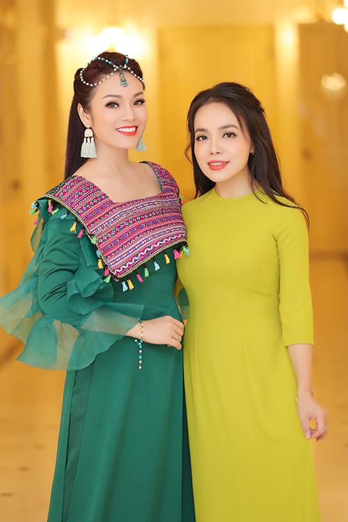 Chương trình còn có sự tham gia của ca sĩ Lan Anh. Cả Tân Nhàn và Lan Anh đều công tác tại khoa Thanh nhạc, Học viện Âm nhạc Quốc gia Việt Nam.