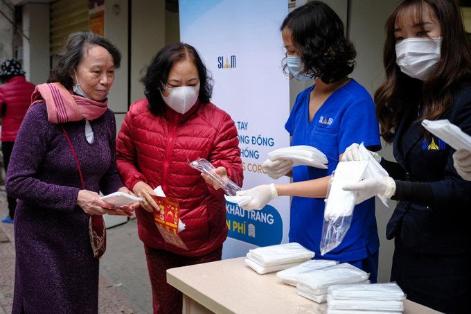 Đội ngũ nhân viên của Siam Thailand hướng dẫncách phân biệt khẩu trang đạt chuẩn vàcách sử dụng cho người dân.