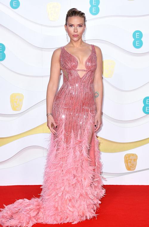 Scarlett Johansson diện đầm cắt xẻ sexy tham dự lễ trao giải. Cô được đề cử Nữ diễn viên xuất sắc với phim Marriage Stoty.
