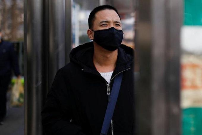 Người đàn ông Hàn Quốc thất vọng khi không được rời Vũ Hán cùng gia đình. Ảnh: Reuters.