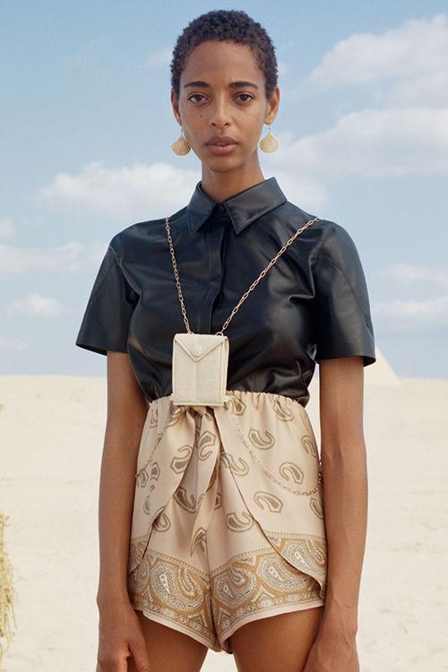 Đi kèm các mẫu túi nhỏ nhắn là thiết kế quai đeo cũng vô cùng phong phú với nhiều chất liệu như da, dây đan, dây xích...