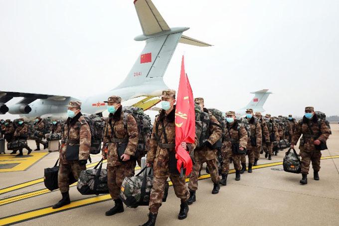 Các y bác sĩ của Quân Giải phóng Nhân dân Trung Quốc chuẩn bị lên máy bay đến Vũ Hán hôm 2/2. Ảnh: Global Times.