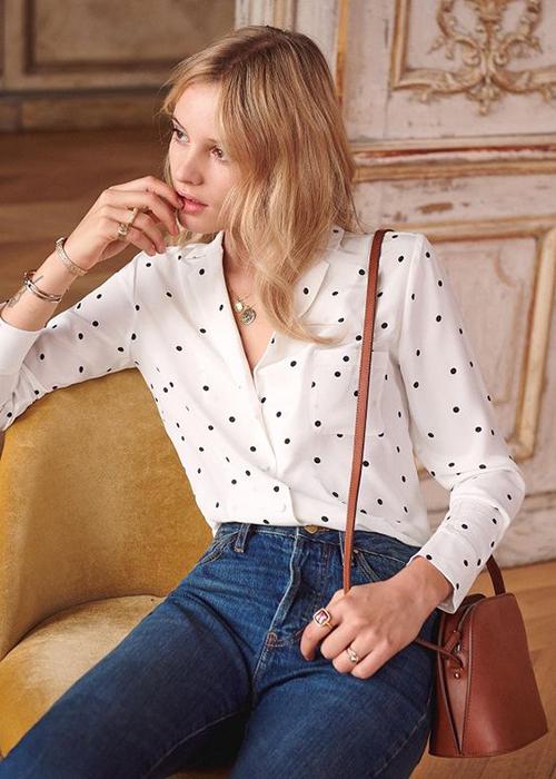 Châm bi đen, đỏ được sử dụng khéo léo trên bề mặt chất liệu vải lụa, chiffon, cotton để mang tới các kiểu áo sơ mi cổ nhật, sơ mi cổ vest...