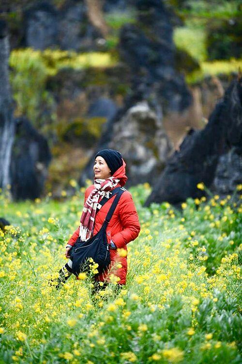 Nghệ sĩ Chiều Xuân mê mẩn trước vẻ đẹp của Đồng Văn, Hà Giang. Cô tiết lộ dạo này đang tập chụp ảnh nên trông khá vất vả.