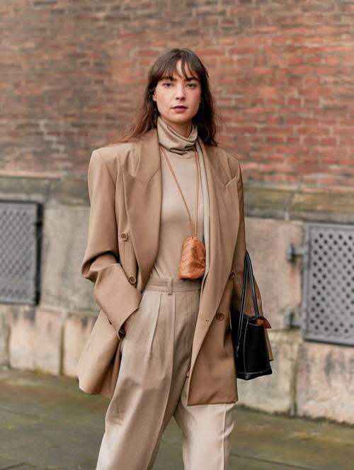 Từ dấu ấn của mùa thời trang cũ, túi mini tiếp tục tạo nên cơn sốt mới với trào lưu túi đeo cổ (neklace bag)