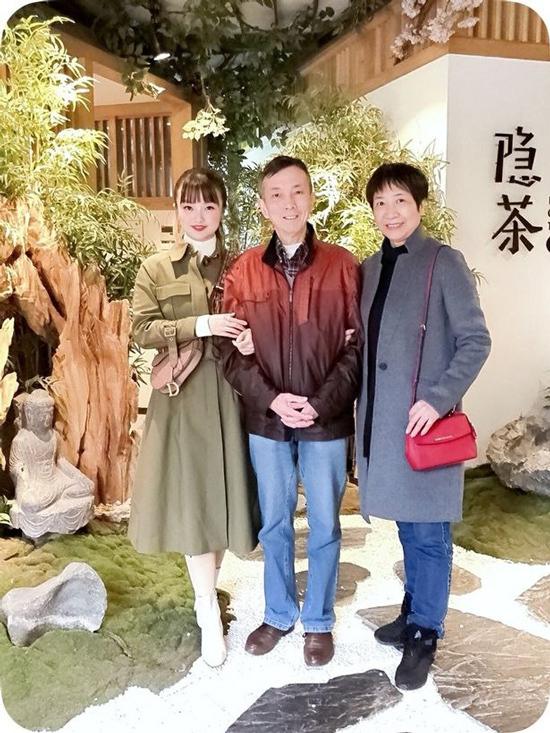 Muying Shi và bố mẹ khi còn khỏe mạnh. Ảnh: Mirror.