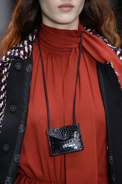 Túi da nhỏ đến độ không thể dựng được thỏi son hay chìa khóa xe vẫn được nhiều fashonista yêu thích.