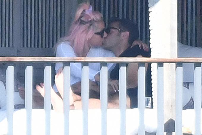 Gaga và bạn trai mới tình tứ ở ban công khách sạn sáng 1/2.