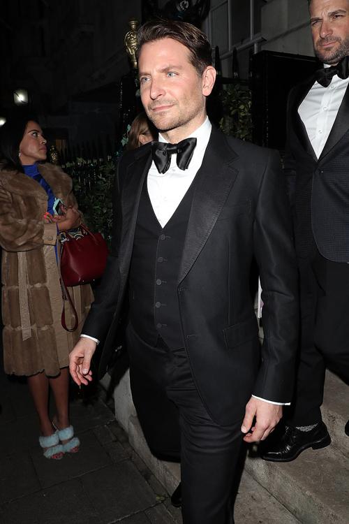 Nam diễn viên A Star Is Born diện tuxedo đen lịch lãm. Anh đến muộn sau khi tham dự lễ trao giải điện ảnh BAFTA vào đầu buổi tối.