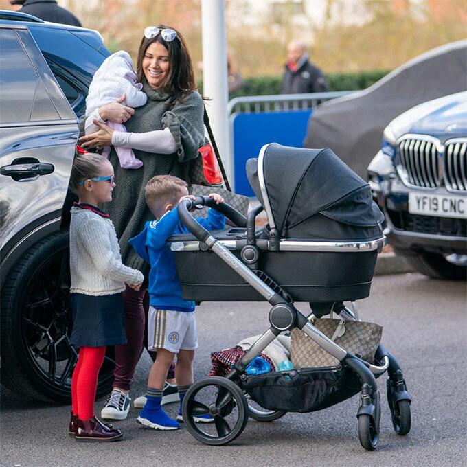 Vợ và ba con chân sút người Anh