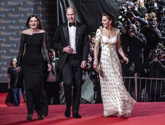 Bà mẹ ba con Kate được khen ngợi trong chiếc áy trắng đính hoa vàng của nhà thiết kế Alexander McQueen. Để tăng thêm phần quyến rũ cho trang phục, cô kết hợp với đôi giày cao gót 690 USD của Jimmy Choo, túi clutch của Anya Hindmarch và bộ trang sức mới của Van Cleef & Arpels trị giá gần 10.000 USD.