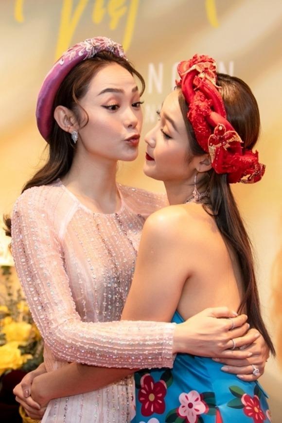 Khả Ngân thân thiết bên đàn chị Minh Hằng trong họp báo ra mắt MV hôm 1/1.