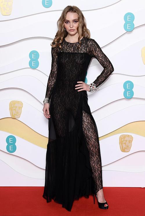 Lily-Rose Depp gây chú ý với trang phục gợi cảm tại British Academy Film Awards - giải thưởng thường niên được coi như Oscar của Anh. Bộ thiết kế của nhà mốt Chanel kết hợp giữa jumpsuit và váy, tôn lên vóc dáng thanh mảnh và đường cong của người mặc. Lily-Rose vốn là gương mặt đại diện cho thương hiệu Chanel.