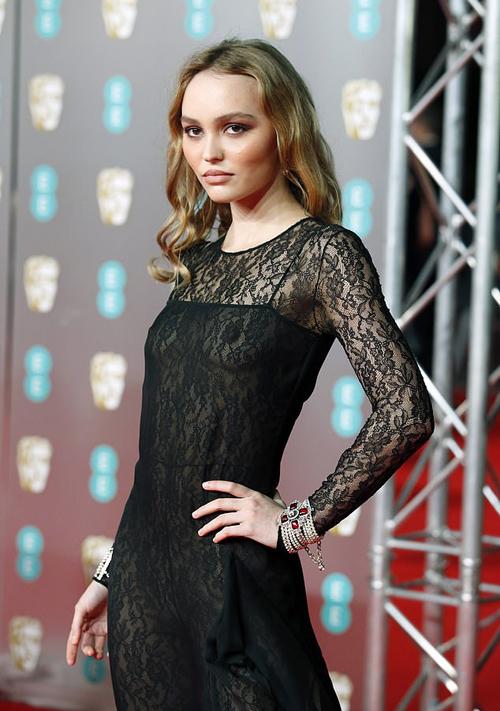 Ái nữ của tài tử Johnny Depp và ngôi sao người Pháp Vanessa Paradis tự tin khoe dáng trên thảm đỏ. Cô hiện nối nghiệp mẹ trở thành diễn viên kiêm người mẫu.