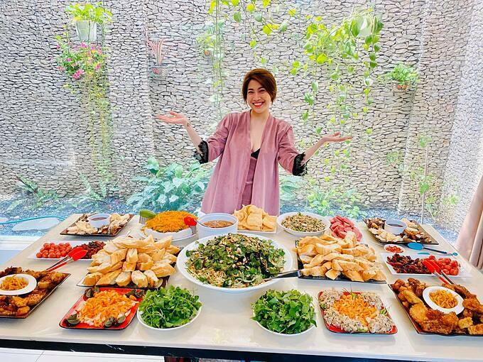 Pha Lê tranh thủ pose hình khi dự tiệc gặp gỡ nhiều anh chị em nghệ sĩ dịp đầu năm.