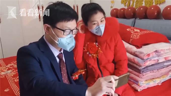 Cặp vợ chồng son gọi video call cho bố mẹ cô dâuở Đức Châu, Sơn Đông sau khi hoàn thành lễ cưới.