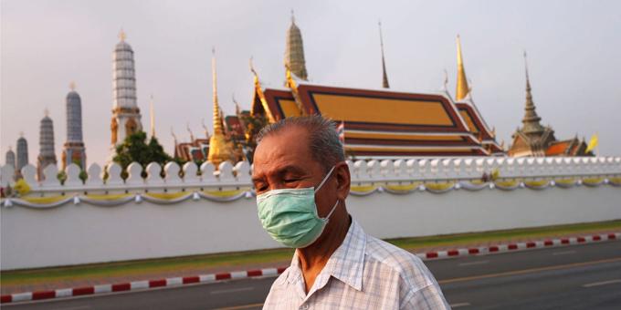 Một người đàn ông đeo khẩu trang để phòng virus corona khi đi bộ gần Cung điện hoàng gia ở Bangkok, Thái Lan, hôm 2/2. Ảnh: Reuters.