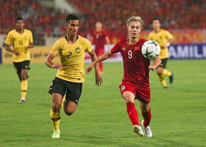 Văn Toàn trong trận đấu với Malaysia ở vòng loại World Cup 2022 hồi tháng 10/2019. Ảnh: Đương Phạm.