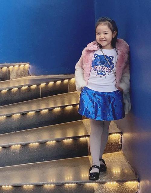 Bé Vani 5 tuổi được mẹ cho ăn mặc điệu đà như fashionista nhí.