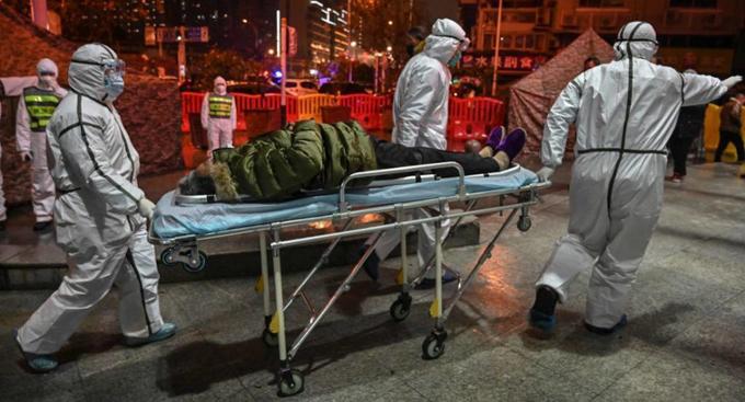 Các bác sĩ đưa người nhiễm virus corona đến bệnh viện điều trị ở Vũ Hán. Ảnh: China Image.