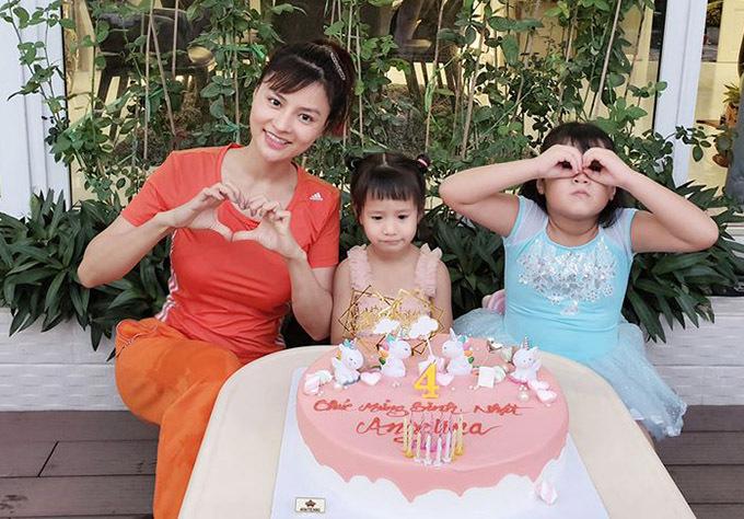 Vũ Thu Phương mua cho con chiếc bánh sinh nhật cỡ lớn có hình những chú kỳ lân là convật bé Angelia yêu thích.