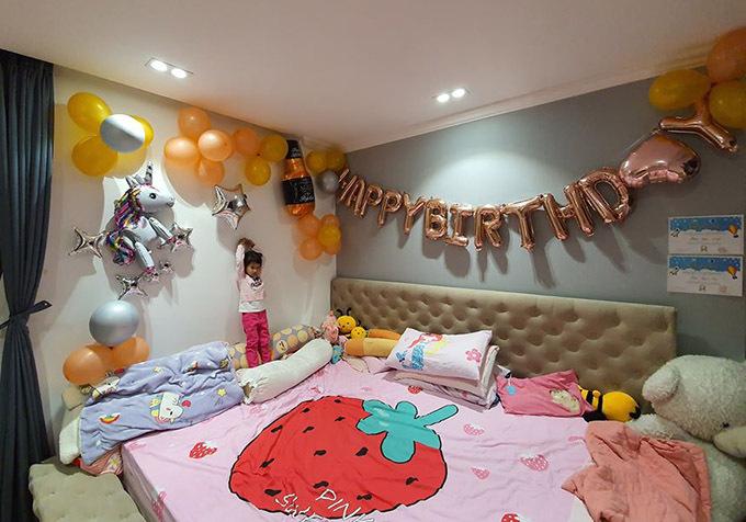 Vũ Thu Phương tiết lộ phòng ngủ của bé Angelina Trần cũng được trang trí bằng bóng bay và hình chú kỳ lân đáng yêu.