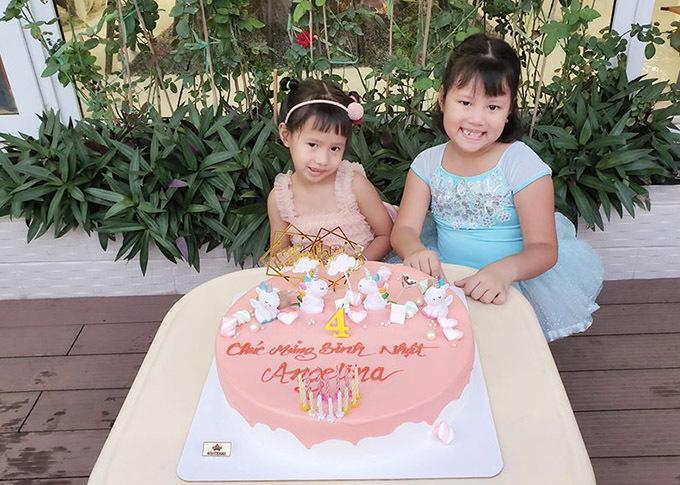 Hai con gái của Vũ Thu Phương thừa hưởng nhiều nét giống bố. Các bé rất ngoan nên cựu người mẫu nuôi con không quá vất vả.