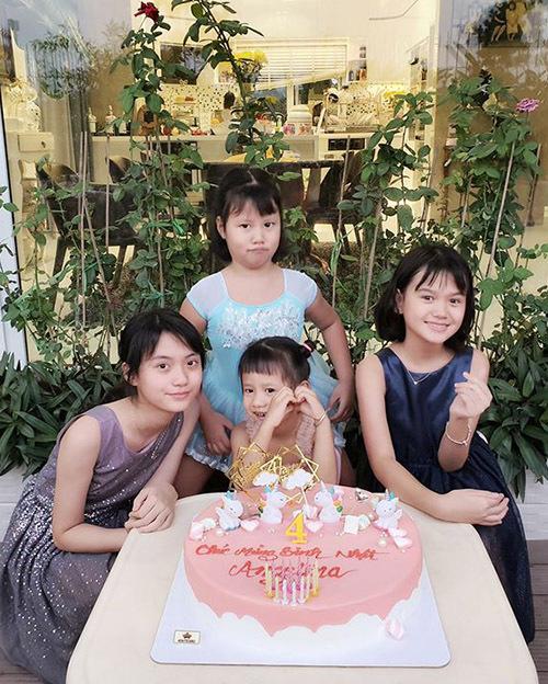 Hai bé lớn đang ở tuổi teen là con riêng của chồng Vũ Thu Phương và vợ trước hiện sống cùng gia đình cô. Cựu người mẫu chia sẻ, cô xem các bé như con ruột và mừng vì 4 chị em luôn gần gũi, yêu thương nhau.