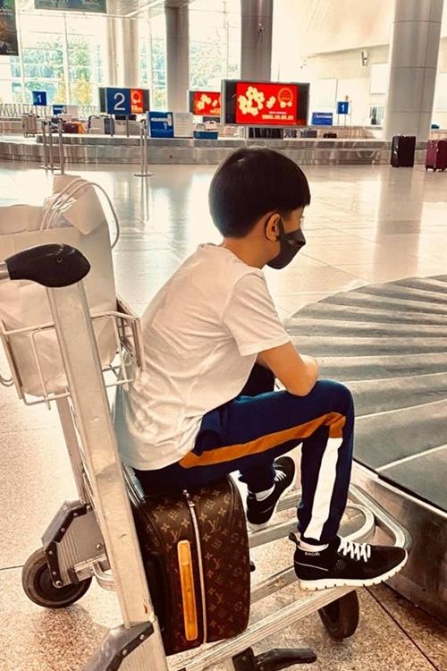 Subeo còn hăng hái ngồi chờ ở xe đẩy để lấy hành lý khi đáp về TP HCM. Hồ Ngọc Hà đùa trên trang cá nhân: Vừa về để kịp đi học lại thì hay tin nghỉ tiếp, cậu lại đòi đi chơi.