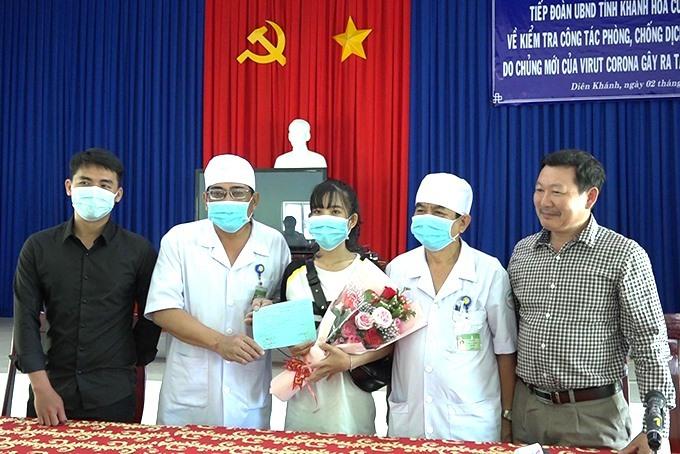 Bệnh nhân Hà (ôm hoa) xuất viện hôm 4/2.