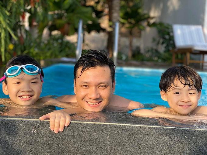 Ngoài thời gian ngắm hoàng hôn ở bãi biển, gia đình Đan Lê chủ yếu nô đùa ở bể bơi trong resort.