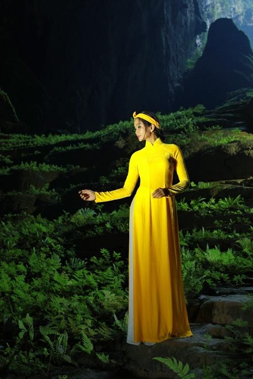 Hoa hậu chọn màu vàng cho bộ ảnh đặc biệt ở hang Sơn Đoòng với quan niệm cầu mong may mắn trong năm mới.
