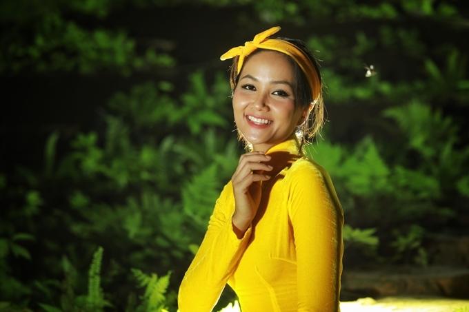 Người đẹp cũng chuẩn bị trang phục áo dài của nhà thiết kế Thuận Việt.