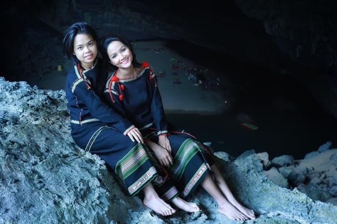 HHen và một người bạn diện trang phục dân tộc Ê đê, chụp kỷ niệm
