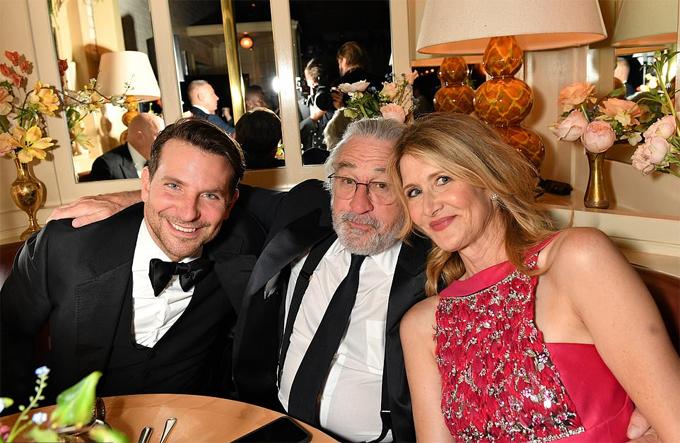 Bradley ngồi cùng bàn tiệc với tài tử Robert De Niro và nữ diễn viên Laura Dern.