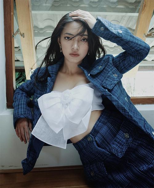 Không hẹn mà gặp, Châu Bùi cũng có cách mix match kiểu áo hot trend gần giống với Khánh Linh. Cả hai cùng phối áo khoác hợp mùa với kiểu trang phục được loạt sao châu Á ưa chuộng.