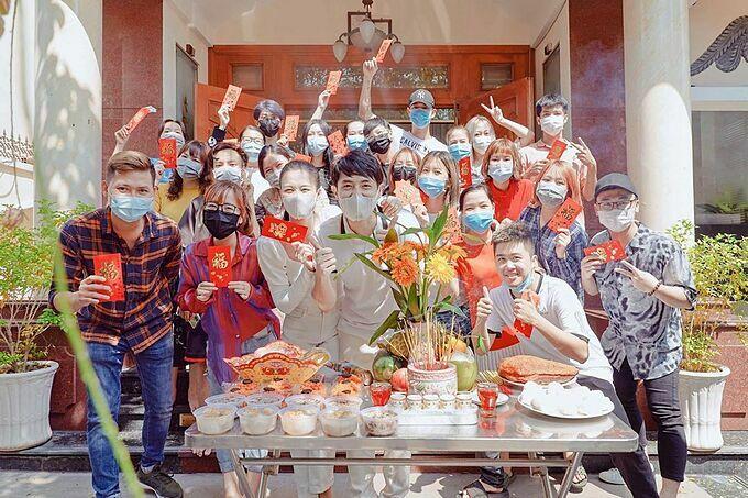 Vợ chồng Đông Nhi - Ông Cao Thắng đeo khẩu trang kín mít khi phát lộc đầu xuân năm mới cho mọi người.